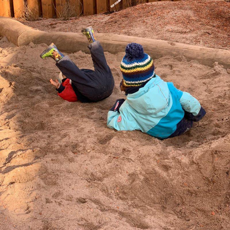 Krippenkinder im Sand